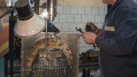 Equipe a instalação da caixa de engrenagens do kamaz em uma máquina aborrecida filme