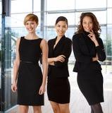 Equipe inter-racial de mulheres de negócios felizes fotografia de stock