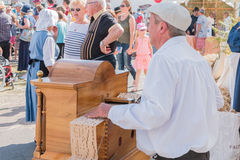 Equipe jogos o órgão de tambor na rua fotografia de stock
