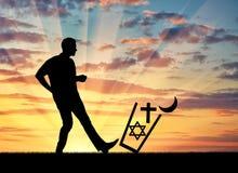 Equipe lances do ateu todas as religiões no lixo e retroceda-os foto de stock royalty free