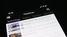 Equipe a leitura da notícia app de MSN no iPhone X video estoque