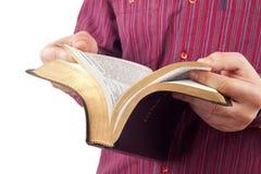 Homem que lê uma Bíblia Imagens de Stock Royalty Free