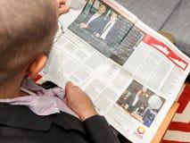 Equipe a leitura sobre o primeiro dia no mercado de showroomprive com Fotografia de Stock