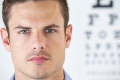 Equipe a lente de contato vestindo com carta de olho no fundo imagem de stock royalty free