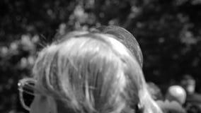 Equipe a máscara vestindo de Meghan Marke que anda no parque do verde de Windsor video estoque