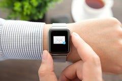 Equipe a mão com relógio esperto e o correio na tela Imagem de Stock Royalty Free