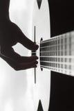 Equipe a mão do ` s que joga na guitarra clássica contra um fundo de imagens de stock royalty free