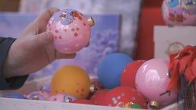 Equipe a mão do ` s que toma a bola de vidro do Natal video estoque