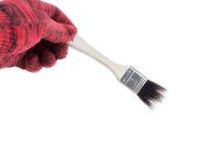 Equipe a mão na luva que guarda a escova de pintura em um fundo branco foto de stock royalty free