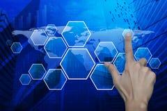 Equipe a mão que empurra a tela virtual moderna vazia da tecnologia no mapa, Imagens de Stock
