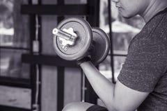 Equipe a mão que levanta o peso de aço em uma imagem da músculo-construção do gym, em uma vida e em um conceito preto e branco da Fotografia de Stock Royalty Free