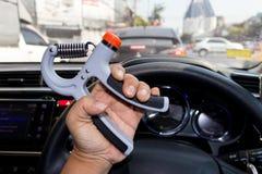 Equipe a mão usando uma máquina à mão do exercício dentro durante um tráfego Fotos de Stock