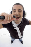 Equipe a música de escuta e o canto no karaoke foto de stock royalty free