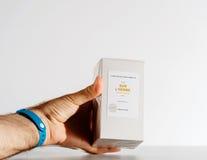 Equipe manter a caixa luxuosa do perfume feita por l artesão Parfumeur do ` Imagem de Stock Royalty Free