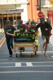 A equipe mascarada compete uma cama na raça subtil do Fundraiser imagens de stock