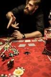 Equipe microplaquetas de pôquer de jogo na tabela ao jogar o pôquer Imagens de Stock