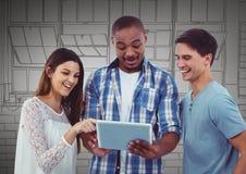 Equipe milenar com a tabuleta contra mão cinzenta janelas tiradas Imagens de Stock Royalty Free