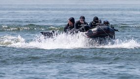 Equipe militar da força especial da marinha na ação com armas e as séries pretas do mergulhador imagens de stock
