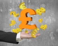 Equipe a mão que mostra o símbolo de libra esterlina com sinais do euro do dólar Fotografia de Stock Royalty Free