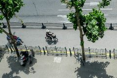 Equipe a montada de uma bicicleta em uma pista de bicicleta em Shanghai em China Foto de Stock