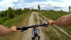Equipe a montada de uma bicicleta em um campo em um dia video estoque