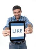 Equipe mostrar a tabuleta digital na rede social, blogue, COM do Internet Fotografia de Stock Royalty Free