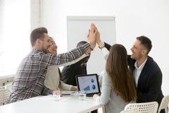 Equipe multi-étnica feliz que dá o loya junto de promessa alto-cinco foto de stock royalty free