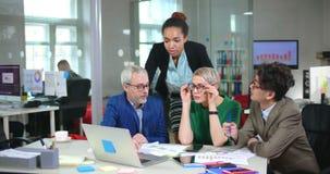 Equipe multi-étnico que coworking no escritório de mercado da empresa de consultoria vídeos de arquivo