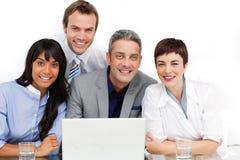 Equipe Multi-ethnic do negócio que trabalha em um computador Fotos de Stock Royalty Free
