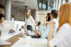 Equipe multirracial alegre do negócio no trabalho no escritório moderno Foto de Stock Royalty Free