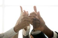 A equipe multirracial do negócio entrega mostrar os polegares acima, perto acima da vista Fotos de Stock