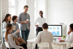 Equipe multirracial que tem o divertimento durante a ruptura de trabalho fotos de stock royalty free