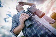 Equipe na fuga que guarda binóculos Fotos de Stock Royalty Free