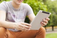 Equipe a notícia da leitura da tabuleta do uso e comunique-se em redes sociais foto de stock royalty free