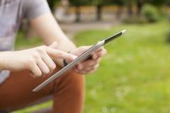 Equipe a notícia da leitura da tabuleta do uso e comunique-se em redes sociais imagens de stock royalty free