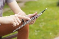 Equipe a notícia da leitura da tabuleta do uso e comunique-se em redes sociais fotos de stock royalty free