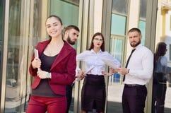 Equipe nova de trabalhadores de escritório Menina nos vidros Senhora #37 do negócio Fotografia de Stock Royalty Free