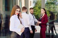Equipe nova de trabalhadores de escritório Menina nos vidros Senhora #37 do negócio Fotografia de Stock