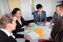 Equipe nova diversa do negócio em uma reunião foto de stock