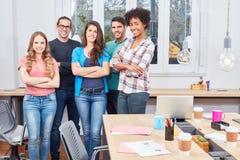 A equipe nova do estudante forma uma comunidade do escritório foto de stock