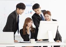 A equipe nova do negócio discute no escritório imagens de stock royalty free