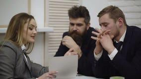 Equipe nova feliz do homem de negócios e da mulher de negócios que trabalha junto com os docs de papel na mesa que discute a info vídeos de arquivo