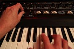 Equipe o ajuste e o jogo do sintetizador análogo da música do vintafge imagens de stock royalty free