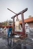 Equipe o anel um sino dourado na legenda de Fansipan do Pa do Sa, Vietname Imagem de Stock
