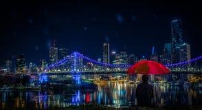 Equipe o assento com guarda-chuva e a vista a Brisbane moderna imagens de stock