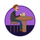 Equipe o assento na barra e beber uma cerveja Foto de Stock Royalty Free