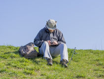 Equipe o assento na linha de pesca gramínea do corte do banco e preparação olá! Fotos de Stock Royalty Free