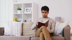 Equipe o assento no sofá e no livro de leitura em casa filme