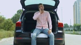 Equipe o assento no tronco de carro que chama para o auxílio video estoque