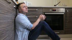 Equipe o café bebendo na manhã na cozinha em casa filme